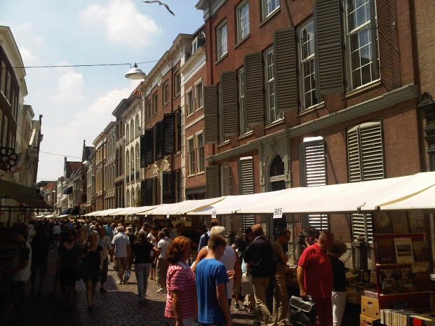 Dordrecht boekenmarkt straatbeeld