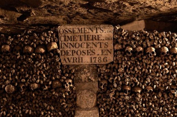 Catacomben van Parijs muur Halloween griezelen skeletten
