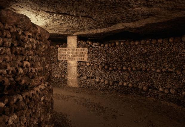 Parijs Catacomben gang overnachting Halloween go with the vlo