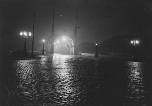 Gezicht op de Willemsbrug, bij avond, gezien uit het zuiden. 1910-1920 Berssenbrugge GAAR go with the vlo
