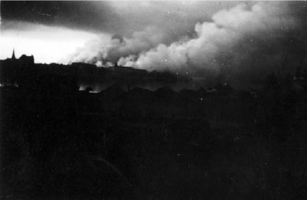 Gezicht op de brandende stad Rotterdam. Als gevolg van het Duitse bombardement van 14 mei 1940. Opname in de nacht. go with the vlo