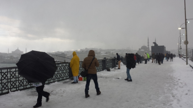 Istanbul Galatabrug sneeuw paraplu copyright Danny Post