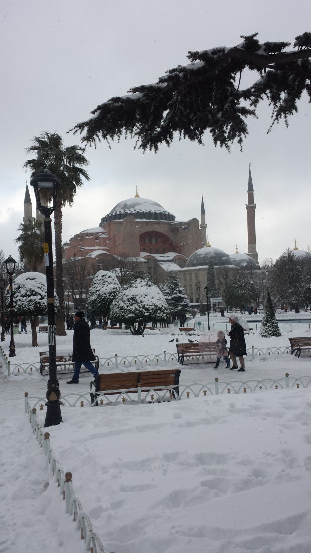 Istanbul sneeuw Aya Sofya vrouw en kind copyright Danny Post