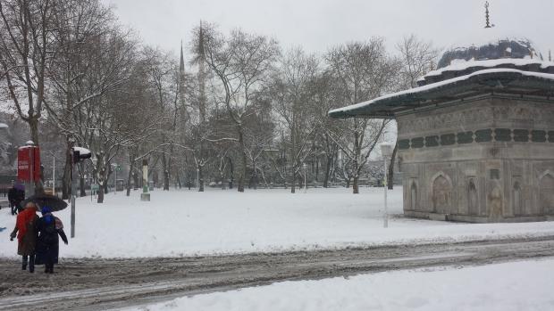 Istanbul sneeuw Tophane vrouwen copyright Danny Post