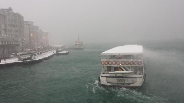 Istanbul sneeuw ferry Gouden Hoorn copyright Danny Post