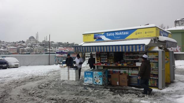 Istanbul sneeuw kraam mannen copyright Danny Post