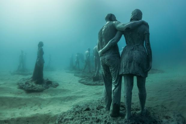 Onderwaterbeelden Jason deCaires Taylor Lanzarote museum wandelaars go with the vlo