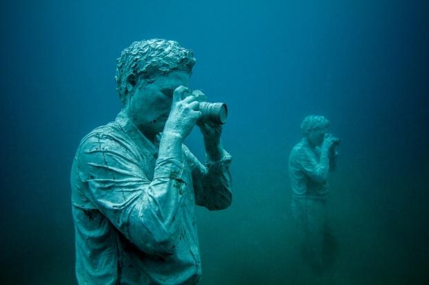 Onderwaterbeelden Jason deCaires Taylor fotograferen zee golven go with the vlo