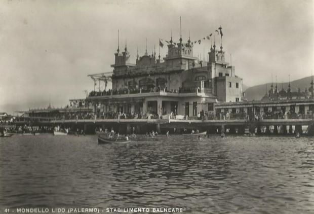 Mondello pier Sicilie go with the vlo