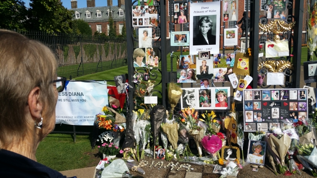 lady-diana-fans-kensington-palace-herdenking-go-with-the-vlo