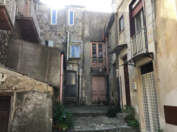 sicilie-mussomeli-huizen-een-euro-go-with-the-vlo