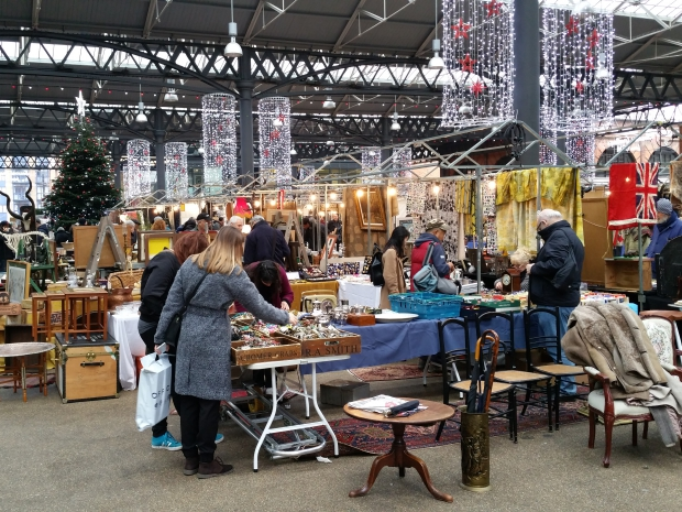 spitalfields-antiekmarkt-londen-vintage-meubels-go-with-the-vlo