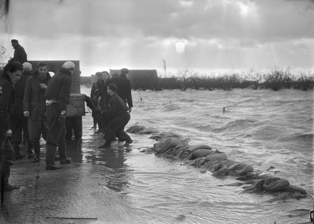 watersnoodramp-1953-strijen-zandzakken-go-with-the-vlo
