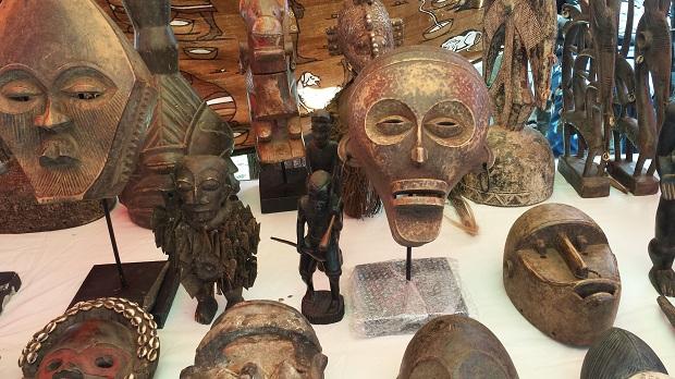 Antiek en curiosamarkt in Delft Afrikaanse beelden