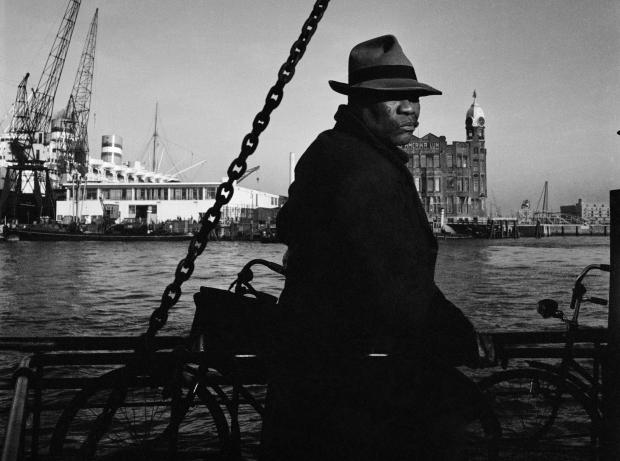 cas-oorthuys-op-de-veerboot-heen-en-weer-1950-collectie-nederlands-fotomuseum-1verkleind
