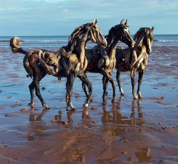 Er staat een houten paard in de gang go with the vlo for Interesting art pictures