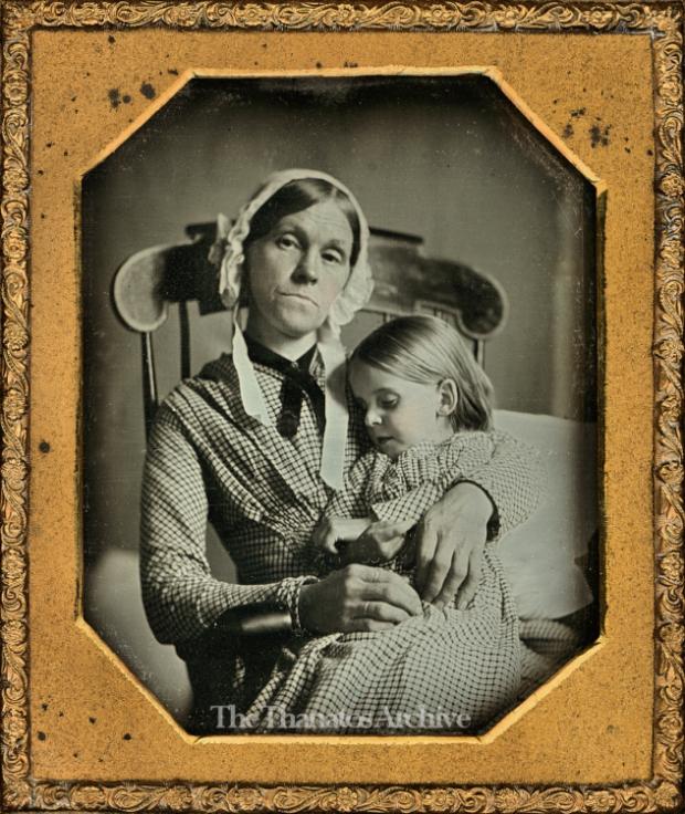 Moeder met dode dochter