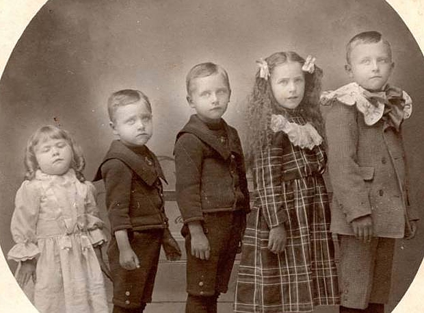 Victoriaanse kinderen poseren met overleden zusje