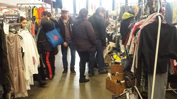 Rommelmarkt Rotterdam Ahoy kledingrekken