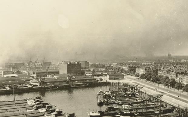 De Aanval brandend Rotterdam vanaf Maassilo
