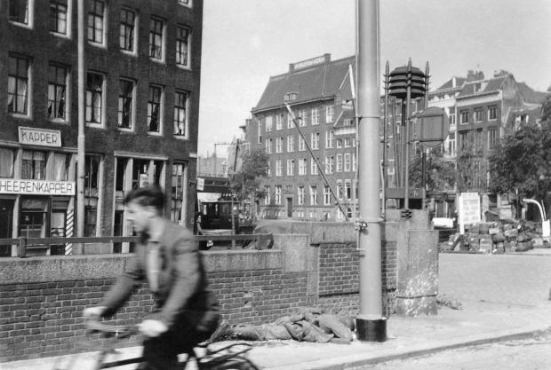 Fietser en gesneuvelde Duitser Bolwerk De Aanval