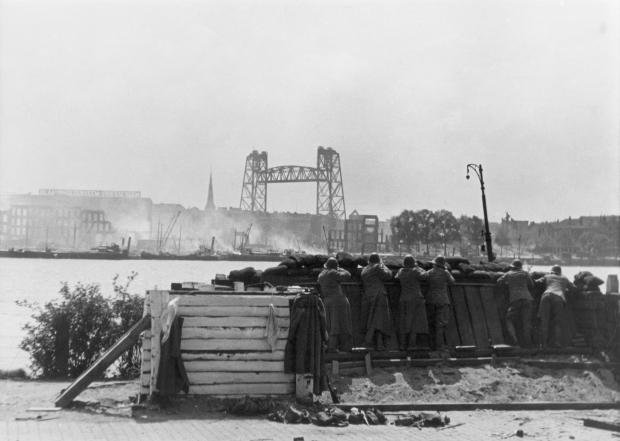 Schieten De Aanval Nederlandse soldaten bij Maasstation