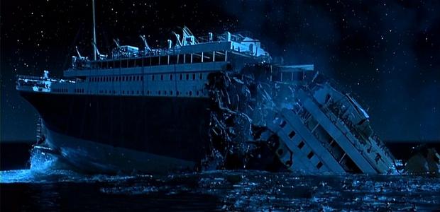Titanic breekt in stukken