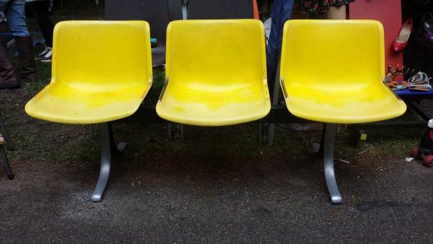 Le Bric à Brac gele stoelen