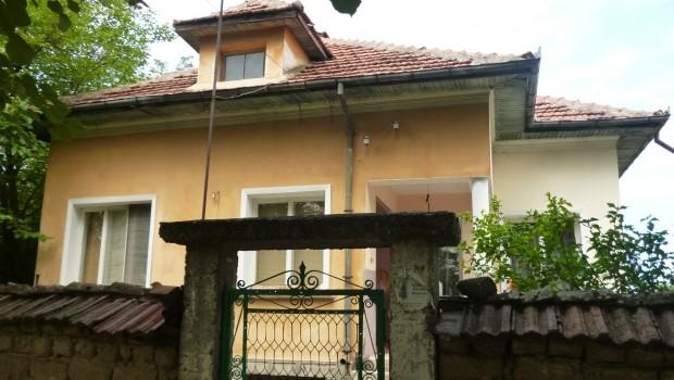 Bulgarije twee huizen te koop muur