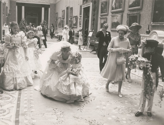 Charles Diana huwelijk bruidsmeisje Buckingham Palace troost