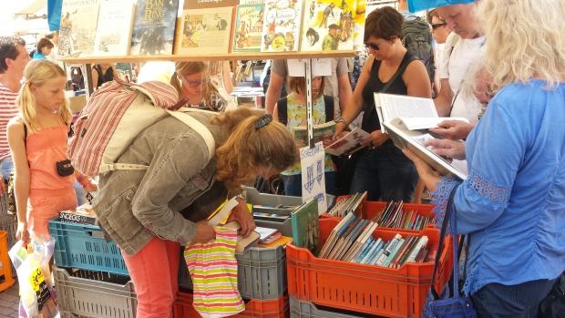 Deventer Boekenmarkt boeken graaien