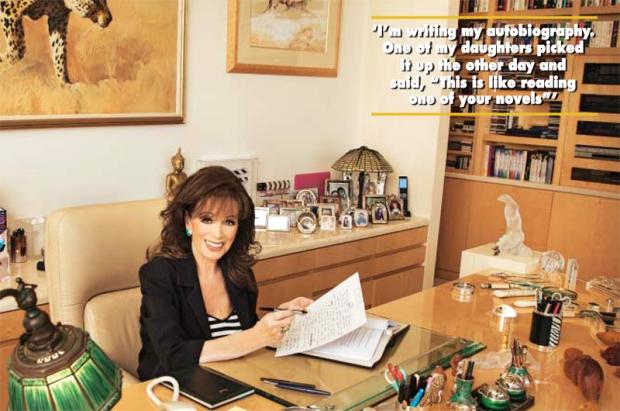 Jackie Collins Hello schrijvend aan bureau