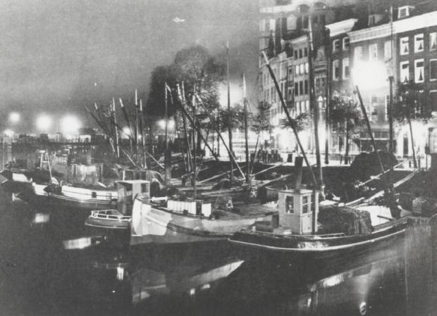 De Oudehaven en de Geldersekade bij avond, gezien vanaf Plan C. 1928 go with the vlo