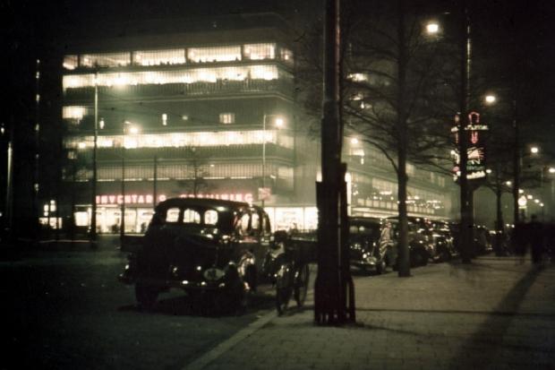 Gezicht op de Coolsingel met (het oude) warenhuis de Bijenkorf, bij avond. 1937-1941 anonieme foto GAR go with the vlo