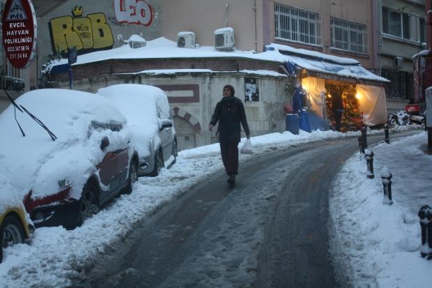 Istanbul Cihangir vrouw boodschappen sneeuw copyright Danny Post