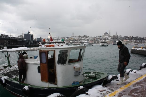 Istanbul Gouden Hoorn vissersboot sneeuw copyright Danny Post