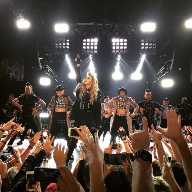 Madonna concert Amsterdam Rebel Heart podium handen Boban Krstic
