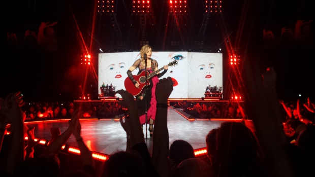 Madonna podium gitaar rustmoment Rebel Heart fans