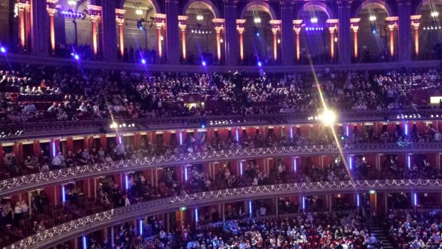 Royal Albert Hall Kylie Christmas menigte kerstmis Londen