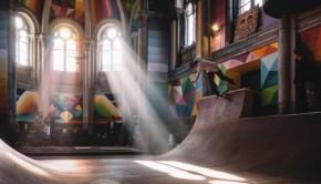 Skaten in een oude kerk Kaos Temple