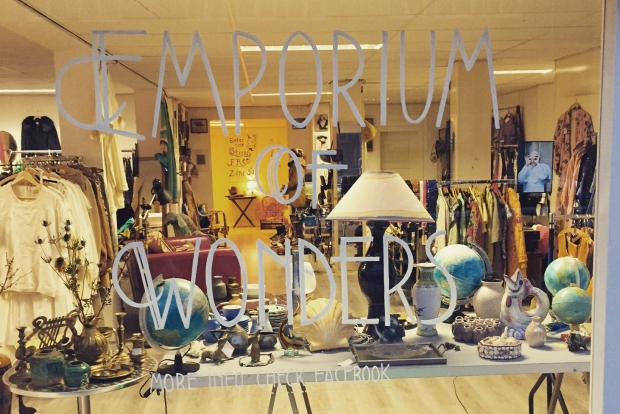 Emporium of Wonders etalage vintage winkel kleding meubels go with the vlo