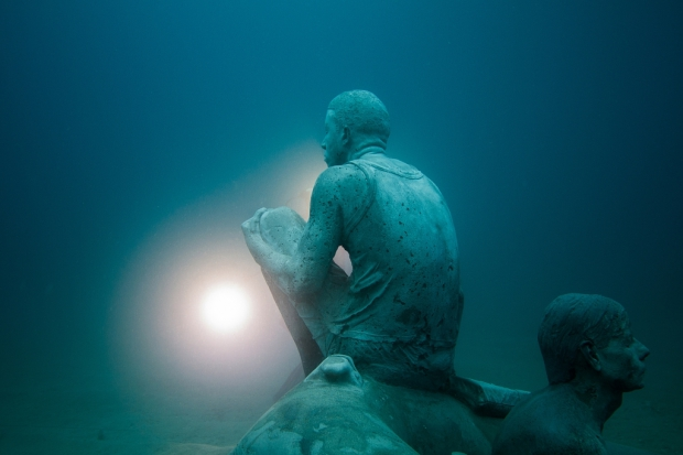 Onderwaterbeelden Jason deCaires Taylor boot zee go with the vlo