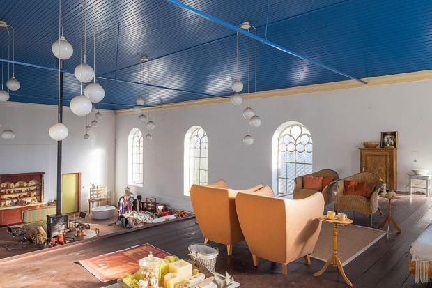 Opknappertje Groningen woonkamer kerk woning stoelen go with the vlo