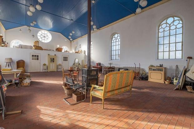 Opknappertje oude kerk woning kerkzaal bankje go with the vlo
