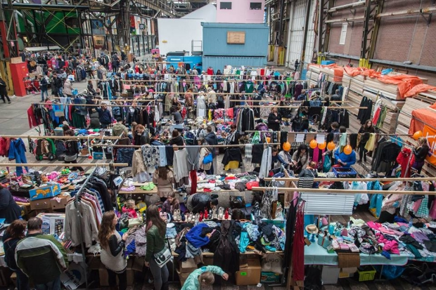Rommelmarkt IJ-Hallen tweedehands kleding go with the vlo