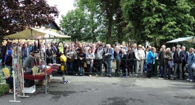 Emmaus Haarzuilens zomermarkt menigte go with the vlo