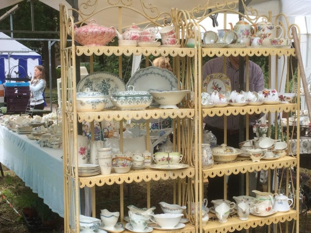 Naar Buiten brocantemarkt servies go with the vlo