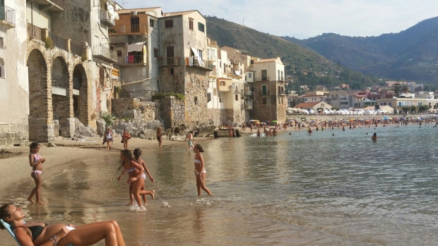 Cefalu strand Sicilie go with the vlo 2