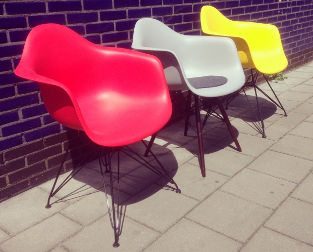 tonys-garage-sale-eames-chairs-go-with-the-vlo