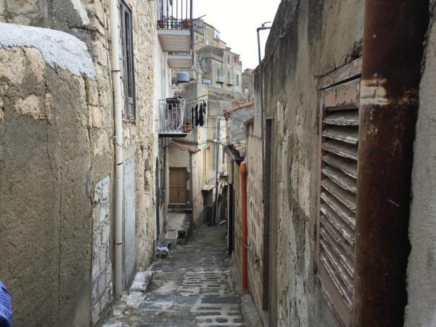 mussomeli-huizen-sicilie-balkon-straatjes-go-with-the-vlo